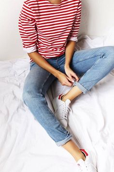 Love the casual look of this fun tee with the light jeans. Looks Street Style, Looks Style, Jeans Und Sneakers, White Sneakers, Sneakers Fashion, Sneakers Adidas, White Shoes, Look 2017, Look Fashion