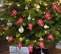 Hæklet Dannebrog flagranke. gratis opskrifter på hæklet flagranke Dannebrog. Hækle opskrifter, juleopskrifter, og inspiration.