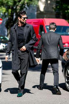 2016-10-28のファッションスナップ。着用アイテム・キーワードはコート, スラックス, チェスターコート, ドレスシューズ, 黒パンツ, 黒Tシャツ, Tシャツ,etc. 理想の着こなし・コーディネートがきっとここに。| No:172838
