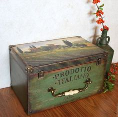 I like the big handle on this one Rustic Painted Furniture, Painted Wooden Boxes, Decoupage Box, Decoupage Vintage, Santa Giulia, Diy Wood Box, Paper Furniture, Chalk Paint Projects, Painted Sticks