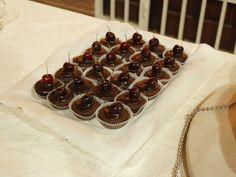 cupcake de chocolate con ganache con cerezas