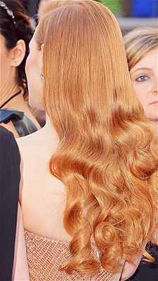 Jessica Chastain wore her long, shiny red hair with a side-part and 40s-style waves at the Oscars.