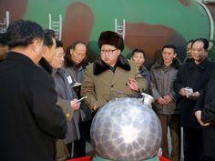 O ditador da Coreia do Norte, Kim Jong-un, apareceu em fotos ao lado do que seria uma maquete de uma ogiva nuclear