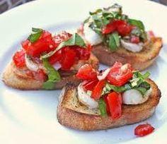 Snij van een ciabatta of stokbrood een paar plakken af. Beleg ze met een laagje groene pesto, vervolgens een plakje mozzarella en daarop een plakje tomaat of een gehalveerd cherry tomaatje. U kunt er wat oregano of basilicum over strooien en eventueel wat peper. Roosteren tot de mozzarella smelt. Dit kan overigens ook weer op een pita of tussen een pita.