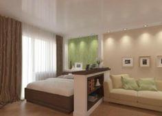 Спальня и зал разделены с помощью низкой перегородки