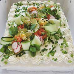 Ei automaattista vaihtoehtoista tekstiä saatavilla. Sandwich Cake, Sandwiches, Cold Cake, Food Garnishes, Savoury Cake, Pasta Salad, Cake Decorating, Festive, Berries