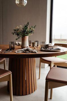 Mjolner_valnød_rundt_plankebord_træfolk-15 Rustic Round Dining Table, Round Wood Dining Table, Dining Table Design, Dining Room Table, Dining Table Decorations, Round Extendable Dining Table, Wooden Dining Set, Round Tables, Diner Table