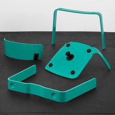El estudio sueco Form Us With Love colaboró con la compañía One Nordic Furniture para crear la silla Bento que fue presentada durante la reciente semana del diseño en Estocolmo. Bento viene acompañada de 3 mesas que al igual que la silla usan anchas patas de madera domada dándoles una apariencia sólida y juguetona.