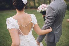 """O post de hoje é enorme e MUITO lindo! A Cristiane e o Alexandre são fofos demais e capricharam tanto no pré-casamento quanto no casamento. Que alegria dividir com vocês! Eles se chamam carinhosamente de """"Amor e Amora"""". Amora, na verdade, é o feminino de amor e marcou a história do casal. A história de ..."""