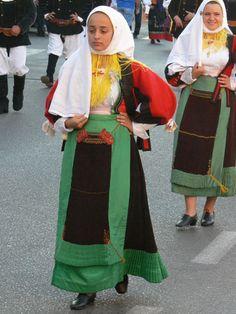 059-Costumi tradizionali dei comuni della Sardegna Handkerchief Folding, European Costumes, Folk Clothing, Costumes For Women, Traditional Outfits, Ethnic, Sari, Folklore, Culture
