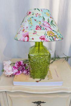 Abajur feito de garrafa, com cúpula revestida de lindo tecido floral. <br> BI-VOLT