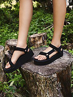 Dress up your feet with Free People's beautiful sandals. Pick a pair of Birkenstock, beach shoes or fringe sandals that is stylish and super comfortable. Fringe Sandals, Leather Sandals, Strap Sandals, Fall Shoes, Summer Shoes, Outfit Summer, Teva Flatform, Beautiful Sandals, Fashion Shoes