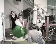 1954-聖パトリックの祝日のために、グリーンのドレスを身にまとって撮影をするグレース。