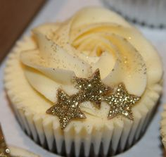 Sparkly Star Cupcakes by The Clever Little Cupcake Company (Amanda) Star Cupcakes, Gold Cupcakes, Cute Cupcakes, Cupcake Cakes, Glitter Cupcakes, Rose Cupcake, Fondant Cupcakes, Cupcake Flavors, Cupcake Recipes