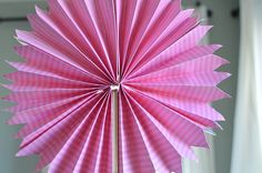 You can often find yourself left with mountains of leftover wrapping paper after Christmas. Hobbies And Crafts, Diy And Crafts, Paper Crafts, Clay Projects, Projects To Try, Jw Convention, Paper Fans, After Christmas, Paper Flowers