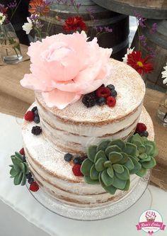Torta semi desnuda para matrimonio campestre, con peonía y suculentas de azúcar #seminakedcake #weddingcake #sugarflowers #succulents