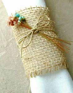 Porta guardanapos de casamento e festas no estilo rústico.  Decoração de mesa linda e impecável!  Toque rústico chic.  Porta guardanapos de juta com florzinhas que dão um ar romântico e delicado.  As cores das florzinhas podem ser alteradas de acordo com a preferência do cliente.