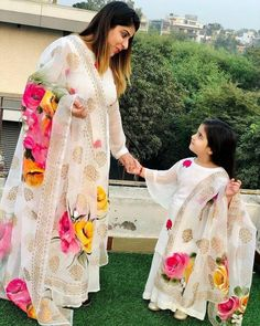 Mom Daughter Matching Outfits, Mommy Daughter Dresses, Mother Daughter Fashion, Dresses Kids Girl, Baby Dresses, Pakistani Dresses Party, Party Wear Dresses, Pakistani Outfits, Hand Painted Dress