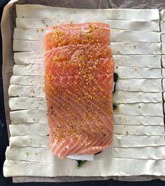 Łosoś ze szpinakiem i fetą, zapiekany w cieście francuskim - Blog z apetytem Healthy Cooking, Healthy Recipes, Creative Food, Fish Recipes, Seafood, Good Food, Pork, Food And Drink, Apple