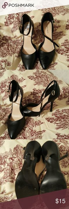 NINE WEST SIZE 6 1/2 Flatter your feminine features in the thedse dainty pointed toe NINE WEST pumps. Ankle strap with buckle closure. Man-made lining, covered heel with a 3 1/2 inches high heel. Size 6 1/2. Shoes Heels