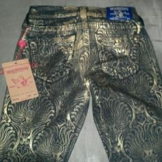 True Religion jeans Black jeans with gold metallic desigs. Inseam is appox 30. These are a skinny jean and are supposed be be worn above the ankle. Looks best with heels.  Selling for a friend.  These were originally bought in L.A. during her vacation. Unfortunately,  she gained weight and can't fit into these. She paid full price for these, so price is firm ; ) Sorry, this item can't be bundled. True Religion Jeans