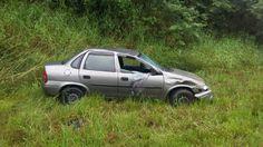 Saída de pista causa danos materiais em veículo em Apiúna na manhã deste sábado