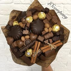 Chocolate bouquet Chocolate Sweets, I Love Chocolate, Chocolate Gifts, Chocolate Lovers, Food Bouquet, Candy Bouquet, Christmas Gift Box, Homemade Christmas Gifts, Edible Bouquets