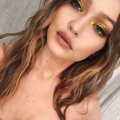 Gigi Hadid gold eyeshadow with eyeliner makeup look Gigi Hadid Gold Lidschatten mit Eyeliner Make-up Look Makeup Trends, Makeup Inspo, Makeup Inspiration, Makeup Tips, No Eyeliner Makeup, Glitter Makeup, Hair Makeup, Mono Lid Eye Makeup, Disco Makeup