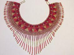 Mano con cuentas collar estilo collar. Hermosa combinación de colores de Rocallas combinadas hacen de esta una pieza hermosa declaración.