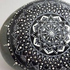 Pierre Mandala - GÉANTE 8 pouces Mandala Meditation, Meditation Stones, Massage, Buy And Sell, Hand Painted, Etsy, Ink, Handmade, Stuff To Buy
