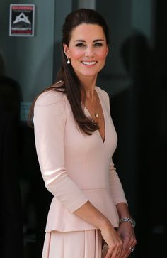 The Duchess of Cambridge, Kate Middleton, looked pretty in pink and pearls as she always does! The Duchess fashioned a gorgeous Alexander McQueen suit Moda Kate Middleton, Style Kate Middleton, The Duchess, Duchess Of Cambridge, Princess Kate, Fashion Moda, Royal Fashion, Dress Fashion, Duchesse Kate