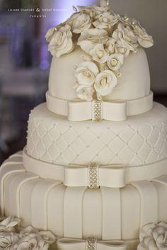 Bolo Branco clássico e lindo...preferido das noivas. Foto: Liliane Gimenez Fotografia: Março 2013