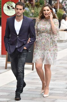 Relaxed: Kelly Brook enjoyed a shopping trip with her boyfriend Jeremy Parisi in London on. Kelly Brook Style, Kelly Brook Bikini, Jeremy Scott Adidas, Victoria Dress, Old Models, Curvy Outfits, Woman Crush, Celebs, Celebrities Fashion