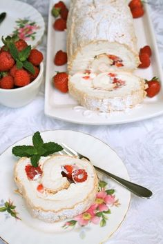 Summer Berry Meringue Roulade seems fancy, but it's one of the easiest desserts you can make for a summertime treat. So fresh and light, it's a perfect after dinner dessert. Summer Desserts, Easy Desserts, Delicious Desserts, Dessert Recipes, Yummy Food, Pavlova, Meringue Roulade, Yummy Treats, Sweet Treats