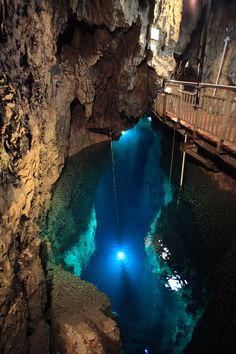Can you believe that?  It's an UNDERGROUND LAKE (地底湖)!!  It's in the calcareous cave (鍾乳洞)!!  The depth is approximately 100m!!  Here is very dark and cold. Really mysterious.