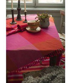 Gudrun Sjödén Kleine Tischdecke aus Öko-Baumwolle Ganz gleich, ob beim Kaffeetrinken zu Hause oder beim Picknick im Grünen – unsere herrliche Tischdecke macht immer gute Laune. Sie haben die Wahl zwischen roten oder indigoblauen Karos und einem Modell mit Multistreifen.  Größe 110 x 110 cm Artikelnummer 69212 Preis: 22,- € #tischdecke #tischdeko