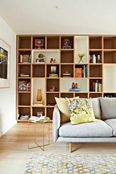 bibliotheque murale grad sofa vintage et tabouret Bookshelf Design, Bookshelves, Loft Spaces, Small Spaces, Dark Wood Bookcase, Salas Home Theater, Living Room Bookcase, Library Wall, Library Furniture