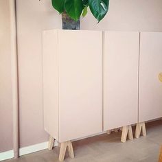 Pretty in pink! Thank you for sharing this genius DIY-idea to paint the walls…