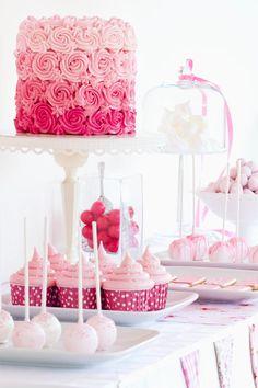 Wie ihr eure Candybar bei der Hochzeit am besten platziert, bestückt und dekoriert - wir haben viele Tipps, Ideen und Anregungen für das süße Buffet!