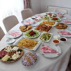 tisch Sunday Breakfast is beautiful with the ones we love the most . we expect you too leri I I the Turkish Breakfast, Sunday Breakfast, Food Design, Afghan Food Recipes, Turkish Recipes, Decoration Table, Nutritious Meals, Food Presentation, Diy Food