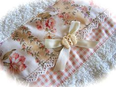 Such a pretty hand towel decorated with fabric, lace, a bow and button. Created by Cath. Sewing Crafts, Sewing Projects, Sewing Ideas, Decorative Hand Towels, Fancy Hands, Navidad Diy, Linens And Lace, Diy Projects To Try, Diy And Crafts