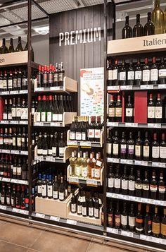 """Auch beim Weinregal wird mehr auf die Optik geachtet und das Regaleinerlei durchbrochen. So lassen sich auf """"Premiumflächen"""" besondere Weine hervorheben, rote Boxen können Aktionsangebote betonen."""