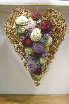 Prútené srdce s krásnou filcovou dekoráciu.