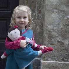 Here you can see Marlene and Rosa (the doll) wearing similar dresses with handmade stars (embroiled and screenprinted) Screen Printing, Kids Fashion, Organic, Doll, Stars, Handmade, How To Wear, Dresses, Screen Printing Press