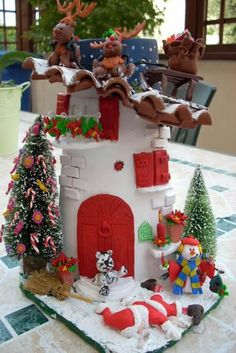 Tegola di natale decorata Christmas Town, Christmas Minis, All Things Christmas, Christmas Crafts, Christmas Decorations, Christmas Ornaments, Decoupage, Clay Fairy House, Polymer Clay Christmas
