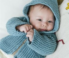 Free knitting pattern: BABY JACKET - Freubelweb - Look what I found on Freubelweb.nl: a free knitting pattern from Veritas to knit a baby jacket www. Baby Boy Knitting Patterns, Baby Cardigan Knitting Pattern, Baby Patterns, Free Knitting, Brei Baby, Cardigan Bebe, Baby Hands, Princess Party, Princess Crowns