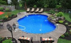 Free Form Vinyl Pool with Stone Coping. Note how a curvy pool deck/surround looks as opposed to a rectangle-shaped one. Landscaping Around Pool, Swimming Pool Landscaping, Swimming Pool Designs, Landscaping Ideas, Mulch Landscaping, Landscaping Software, Vinyl Pools Inground, Kidney Shaped Pool, Pool Landscape Design