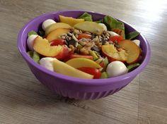 Salat mit Pfirsichen, Avocado und Mozzarella