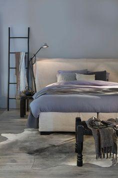 Hoe creëer je nu die droomslaapkamer? Of in ieder geval: een ruimte waar je direct tot rust komt zodra je er over de drempel stapt? Hieronder vind je 5 tips waarmee je rust in de slaapkamer creëert. Dat dromen komt daarna vanzelf!
