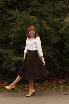 plaid skirts - for a classic vintage look photo shoot Modest Outfits, Modest Fashion, Skirt Outfits, Fall Outfits, Fashion Outfits, Look Fashion, Retro Fashion, Autumn Fashion, Vintage Fashion